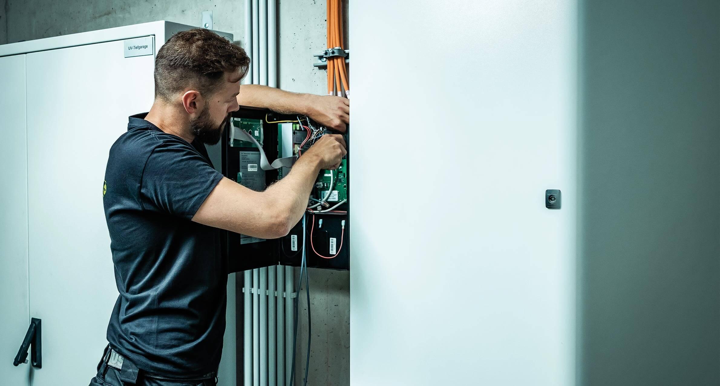 Elektrotechniker bei der Arbeit mit Sicherungskasten