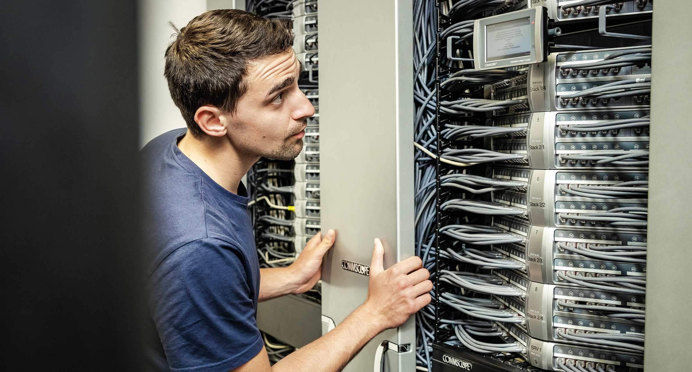 Comsystems Techniker bei der Arbeit