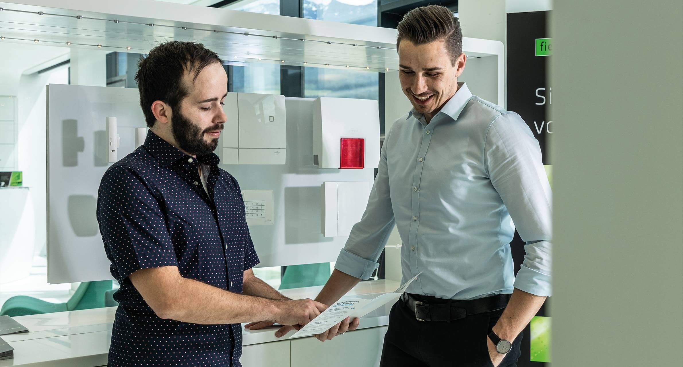 Sicherheitstechniker im Kundengespräch
