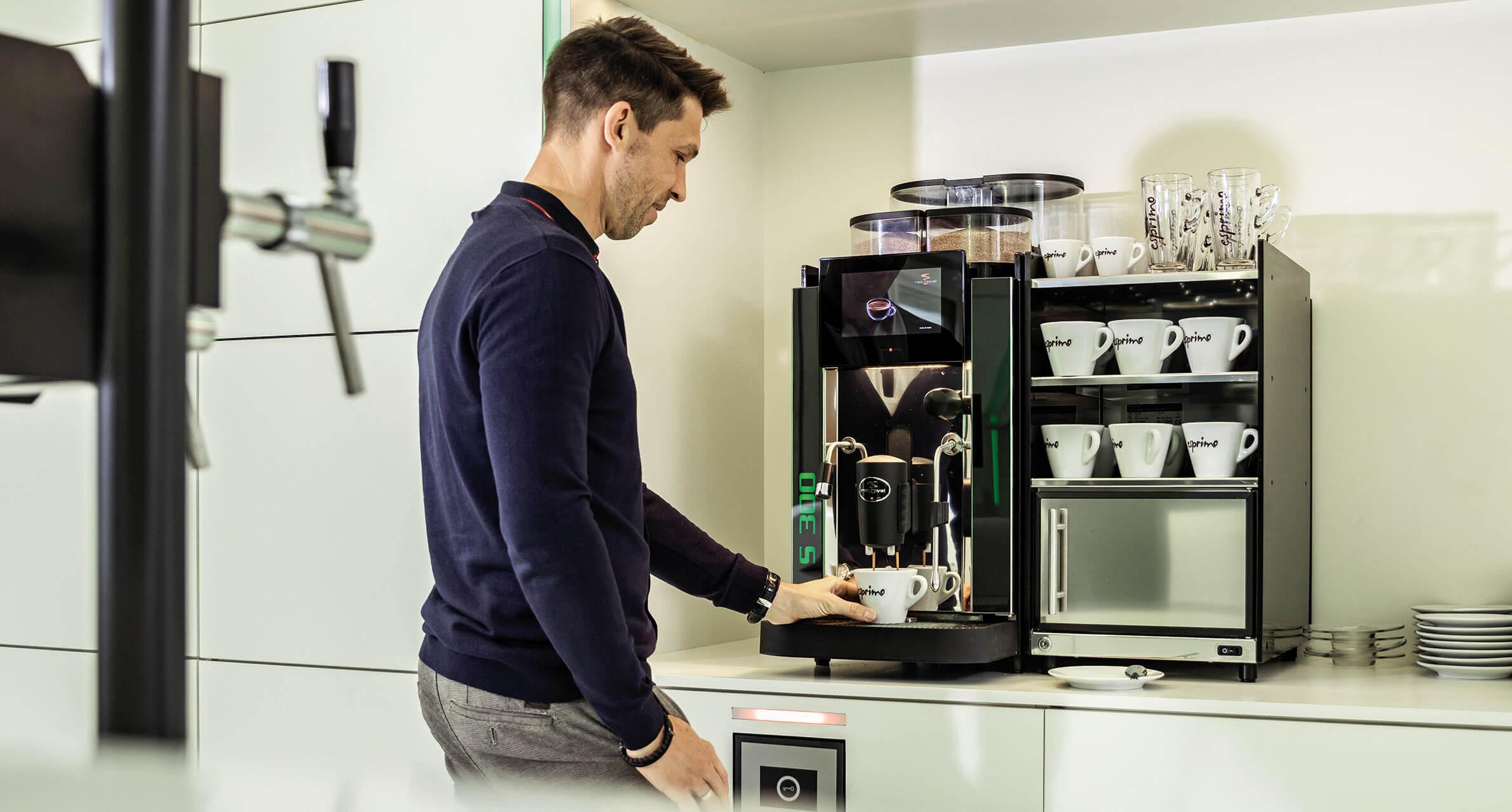 Mitarbeiter mit Kaffeemaschine