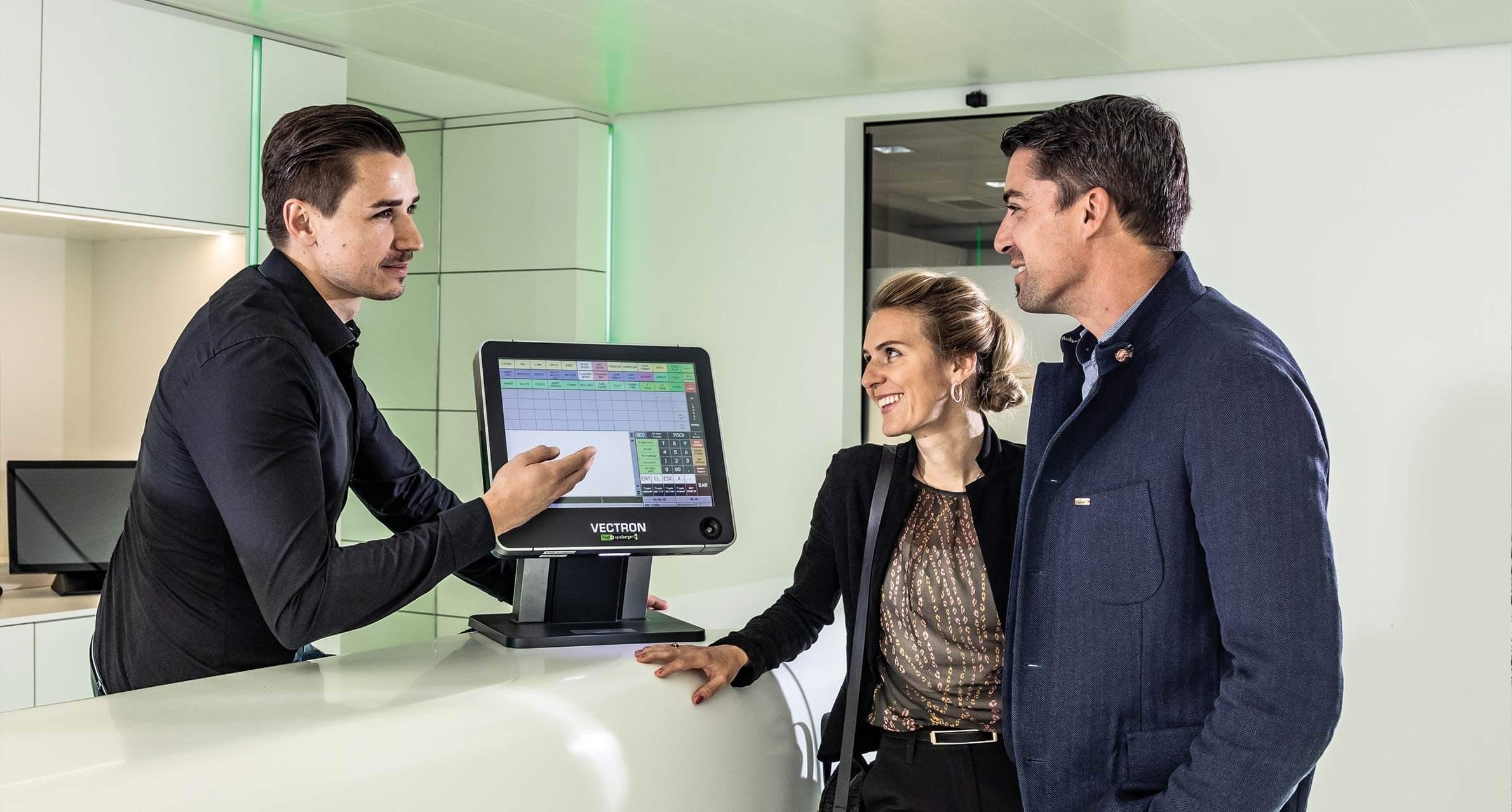 Kassensystem Mitarbeiter im Kundengespräch