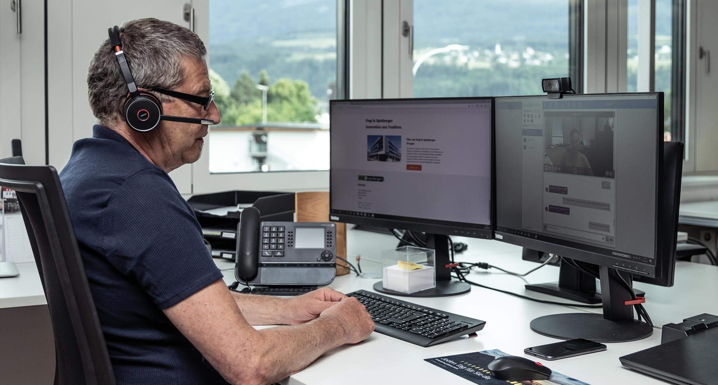 Fiegl+Spielberger Mitarbeiter am Arbeitsplatz Comsystems