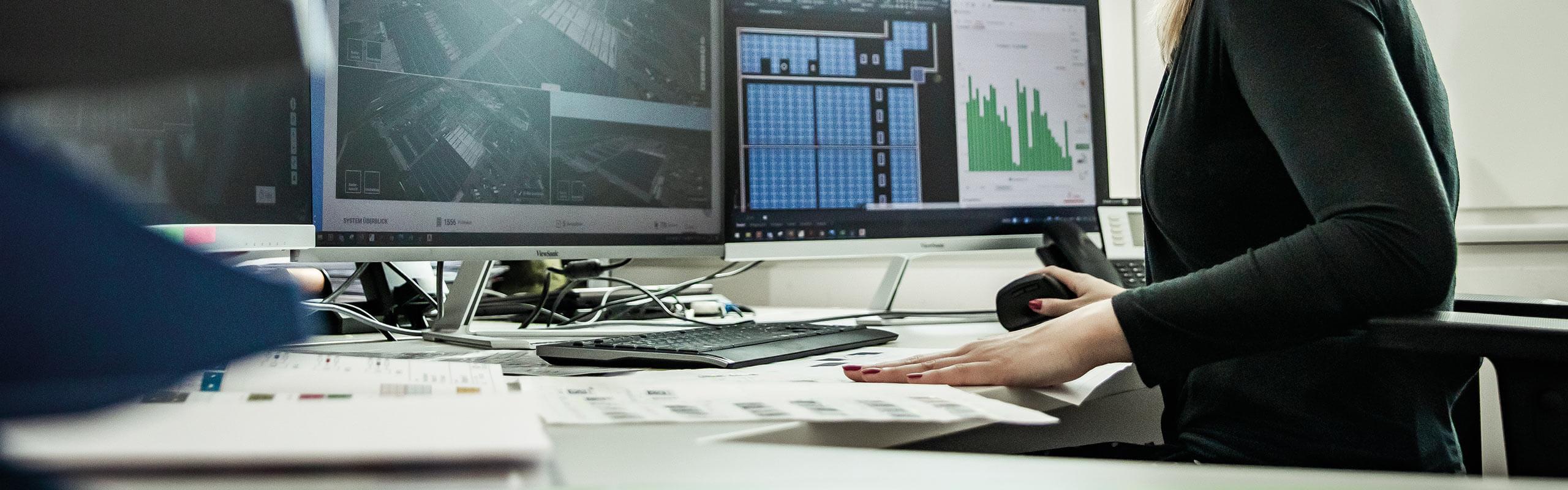 Mitarbeiterin am Computer Arbeitsplatz