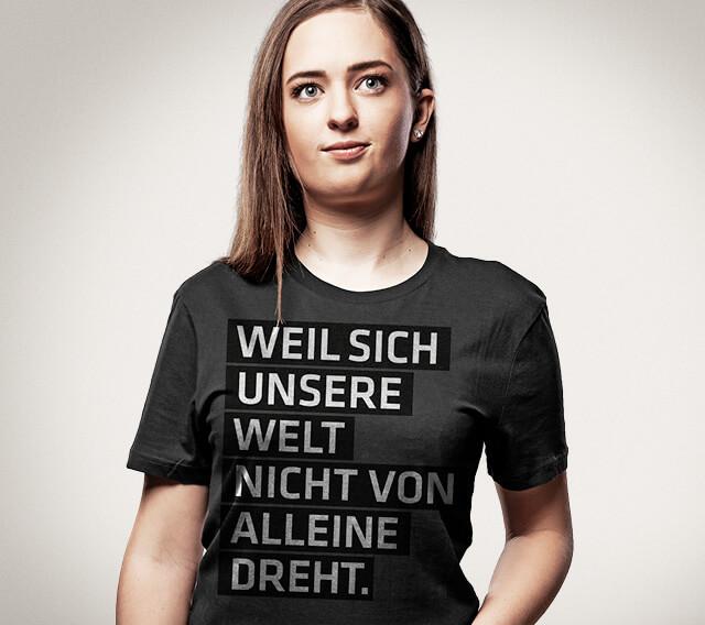 Mitarbeiterin mit T-Shirt: Weil sich unsere Welt nicht von alleine dreht